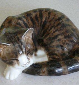 Спящий полосатый кот. Керамика