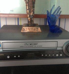 Видеомагнитофон Panasonic + Подставки для VHS