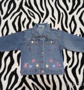 Джинсовая куртка и футболка для девочки.