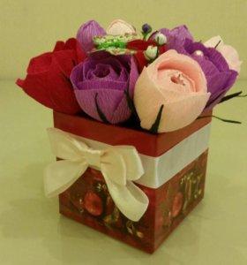 Коробочка с цветами и конфетами.