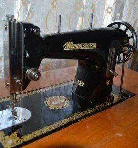 Ножная швейная машинка Minerva