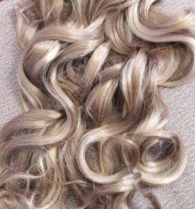 На заколках волосы