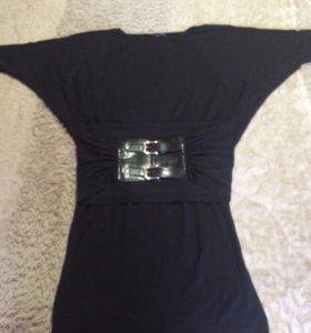 Платье с широким поясом.
