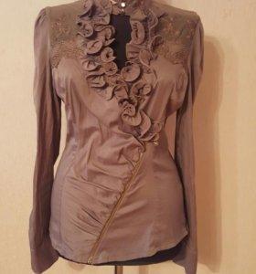 Блузка с кружевной вставкой.