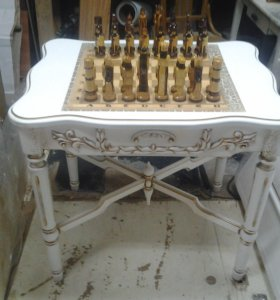 Шахматный стол с шахматами