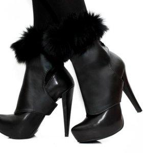 Кокетливые манжеты на обувь с меховой опушкой.