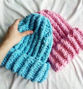 Две вязаные шапки, ручная работа