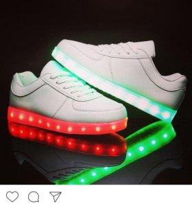 Светящие кроссовки новые