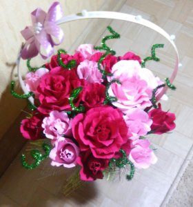 Корзинка из цветов с конфетами