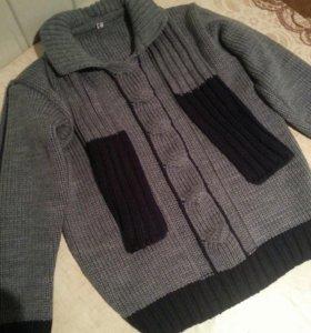 Новый свитер в комплекте с шарфом , на 5-6 лет .