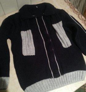 Новый свитер , в комплект идет и шарфик .