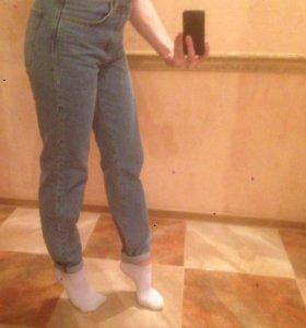 Стильные джинсы с высокой талией.