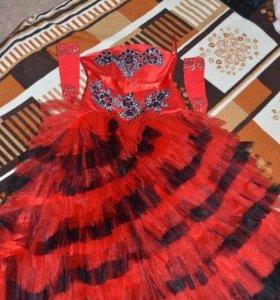 Красное детское платье.
