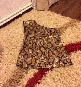 Блузка на одном плече пайетки под питона .Новая