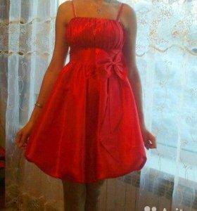 Красивое, ярко-красное платье