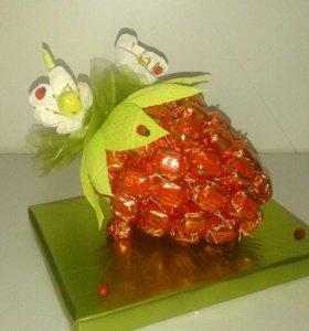 Ягодка из конфет