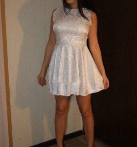 Платье белое с узорами