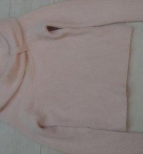 Нежно розовый свитер.