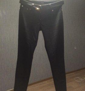 фирменные брюки.