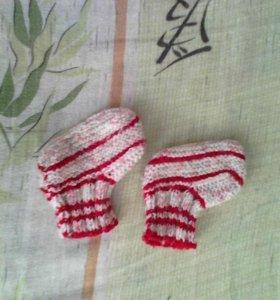Теплые вязаные носочки и пинетки.