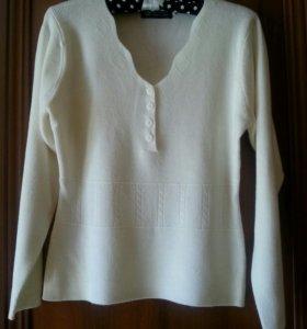 Белый свитер с длинным рукавом