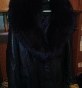 Продам кожаный плащ черный,воротник песец.
