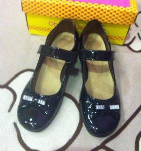 Нарядные туфельки для девочки черные лаковые.