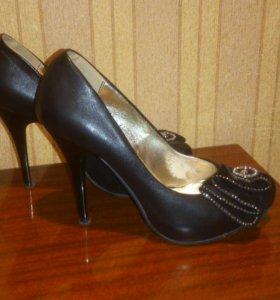 Стильные туфли со стразами