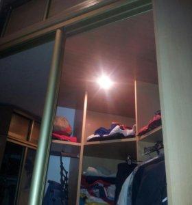 Угловые зеркальные шкафы-купе