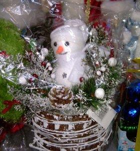 Снеговичок на деревянном пеньке