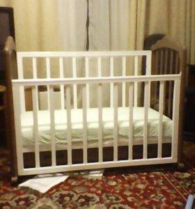 Детская кроватка из натурального дерева.