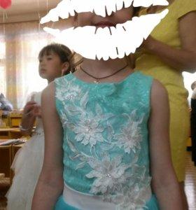 Нарядное  платье  на девочку  7-8 лет.