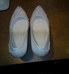 Туфли белые кожанные и внутри и снаружи