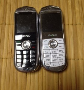 Два мини телефона с двумя сим картами