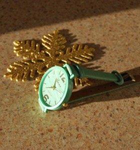 Часы на тонком ремешке