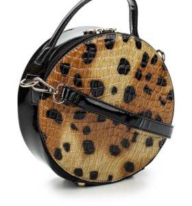 Круглая лакированная сумочка