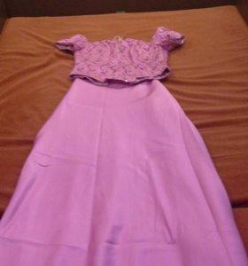Платье бледно фиолетового цвета.