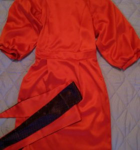 Платье ярко красного цвета