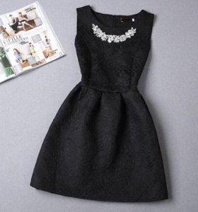 Новое черное платье с украшением из жаккарда S