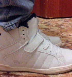 Новые кроссовки р.39