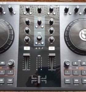 """DJ-контроллер """"TRAKTOR KONTROL S2""""."""