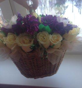 Цветы с конфетами в корзине.