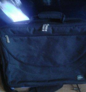 Большая сумка для ноутбука с тремя отделениями.