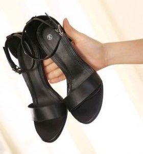 Элегантные чёрные босоножки