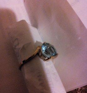 Перстень золотой. камень топаз