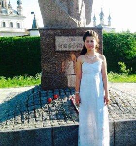 Белое с оттенком серого платье