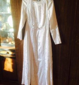 Белое платье до пола с рукавом