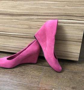 Розовые замшевые туфли на танкетке