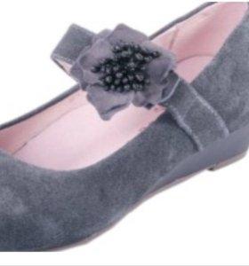 Новые из натуральной серенькие туфельки на девочку