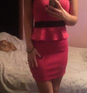Коротенькое яркое розовое платье с баской